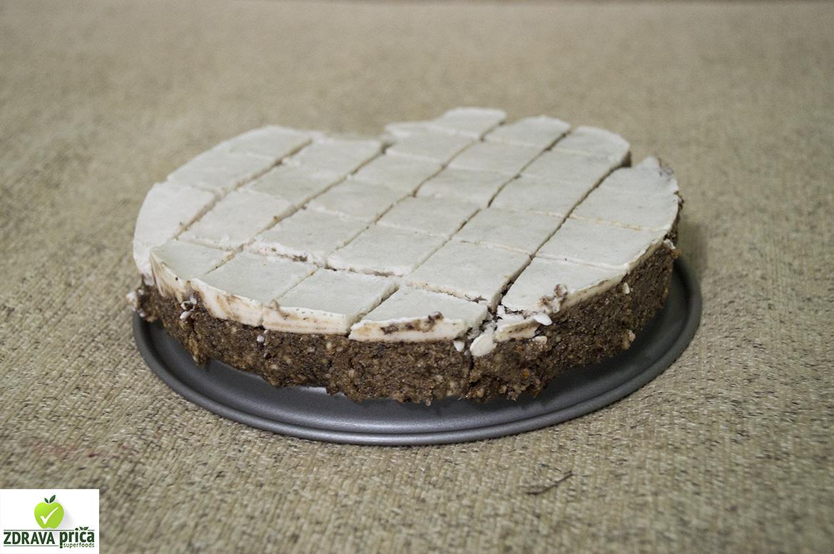 Raw kolač preliven kokosovim mlekom